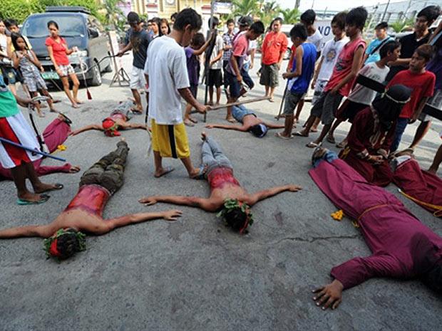 Penitentes são chicoteados nas celebrações filipinas da Semana Santa (Foto: Ted Aljibe/AFP)