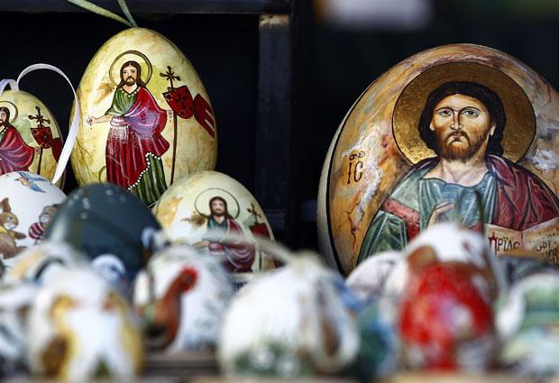 Ovos de Páscoa com desenhos religiosos são expostos nesta quinta-feira (21) em comércio próximo a Munique, na Alemanha (Foto: Michael Dalder/Reuters)