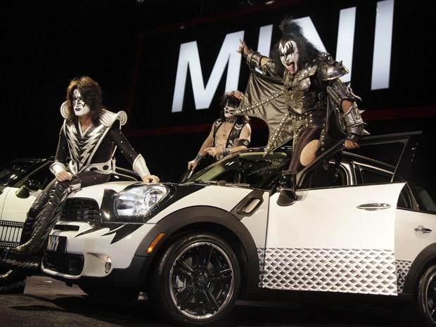 Mini traz o grupo de hard rock Kiss ao Salão de Nova York, nos Estados Unidos (Foto: Richard Drew/AP)