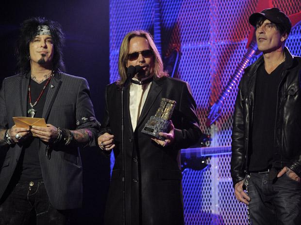 Nikki Sixx, Vince Neil e Tommy Lee, da banda Motley Crue, recebem o troféu Ronnie James Dio pelo conjunto de sua obra no Golden Gods Awards (Foto: Chris Pizzello/AP)