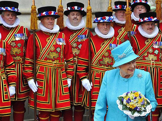 Rainha Elizabeth passa pela guarda real ao sair da Abadia de Westminster, após celebrações da Quinta-feira santa. Monarca completa 85 anos nesta quinta-feira (21). (Foto: Toby Melville/G1)