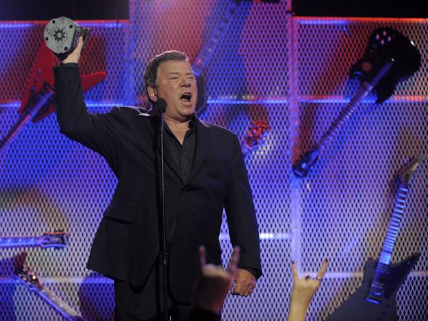 Ídolo de roqueiros de todas as idades, o ator William Shatner foi homenageado com o prêmio de 'headbanger honorário' (Foto: Chris Pizzello/AP)