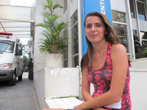 Tatiane aguardava a transferência da avó, que estava internada no hospital desde sábado (16) (Foto: Luciana Rossetto/G1)