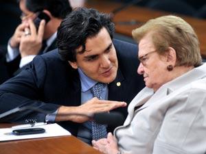 O deputado Gabriel Chalita (PSB-SP) em conversa com a deputada Luiza Erundina (PSB-SP) (Foto: Leonardo Prado/Agência Câmara)