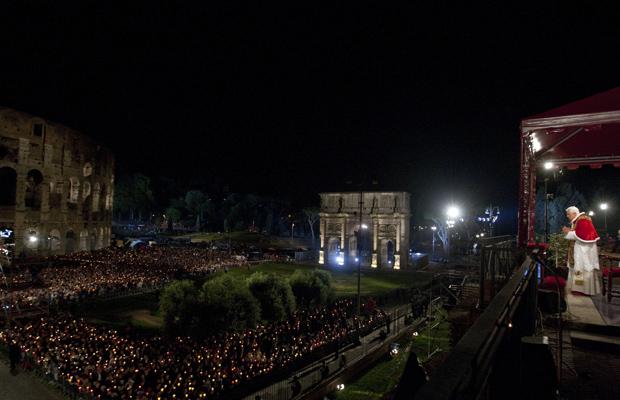 O Papa Bento XVI preside a Via Sacra nesta sexta-feira (22) em Roma (Foto: AP)