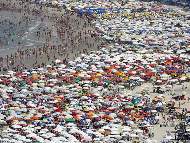 Praia das Pitangueiras, no Guarujá, estava lotada neste sábado (23) (Foto: Sérgio Castro/AE)