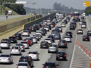Trânsito ficou carregado na pista sentido litoral de São Paulo da Rodovia dos Imigrantes, na sexta-feira (22) (Foto: Luciano Vicioni/AE)
