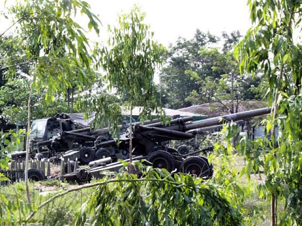Artilharia é posicionada em base na província de Surin, na Tailândia, perto da fronteira com o Camboja (Foto: AP)