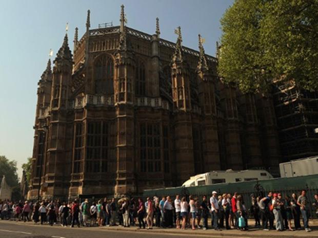 A seis dias do casamento real, turistas fazem fila para visitar a abadia de Westminster, em Londres. O príncipe William e Kate Middleton se casarão na abadia na próxima sexta-feira (29).  (Foto: AFP)