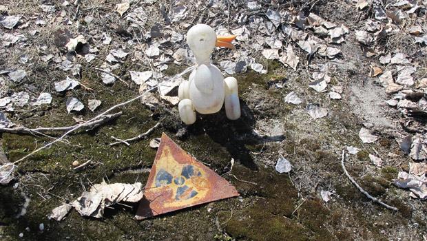 Brinquedo abandonado na praça central de Pripyat. (Foto: Dennis Barbosa/G1)