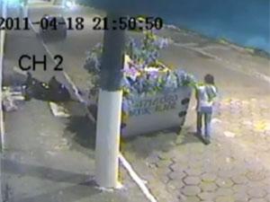 Mãe que deixou criança em caçamba foi presa (Foto: Reprodução/TV Globo)