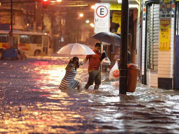 Chuvas no fim da tarde causou transtornos em vários pontos do Rio de Janeiro (Foto: Marco Antonio Teixeira / Ag. O Globo )