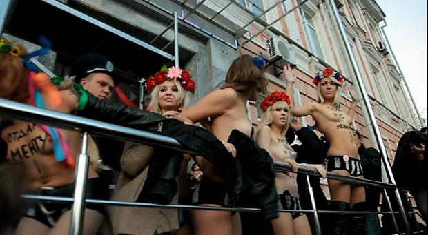 Integrantes do Femen protestam contra a polícia, por tentar deter o movimento. Inna Shevchenko aparece à direita, enquanto, à esquerda, uma de suas colegas já é arrastada por um policial. (Foto: Divulgação)