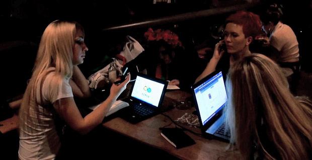 Integrantes do Femen reunidas num café no centro de Kiev, onde coordenam suas atividades e onde deram entrevista à reportagem do G1. (Foto: Dennis Barbosa/G1)