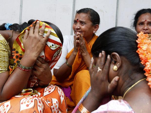 Fiéis choram ao saber da morte do líder (Foto: Aijaz Rahi/AP)