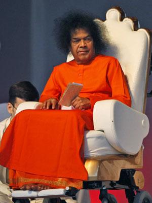 O líder Sathya Sai Baba em foto de abril de 2010 (Foto: Mustafa Quraishi/AP)