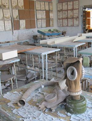 Máscara de gás na sala de aula abandonada: tudo pronto para um eventual ataque. (Foto: Dennis Barbosa/G1)