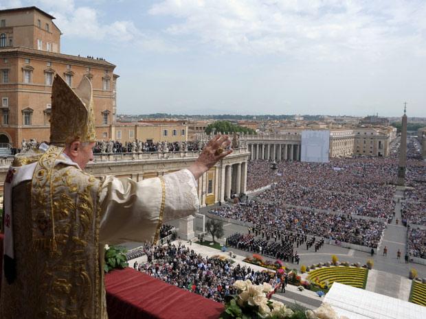 Papa celebra missa de Páscoa na Praça de São Pedro neste domingo (24) (Foto: L'Osservatore Romano/AP)