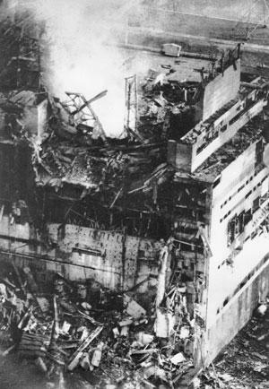 Imagem feita pelo fotógrafo da usina de Chernobyl, Anatoliy Rasskazov, poucas horas após a explosão no reator 4, mostra uma coluna de vapor radioativo saindo da instalação. O fotógrafo foi exposto a 12 vezes o máximo aceitável de radiação naquela época. M (Foto: AP)