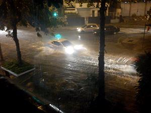 Temporal causou alagamento na Avenida Heitor Beltrão, na Tijuca (Foto: Marcos Vinicius da Silva LonzieiroVC no G1)