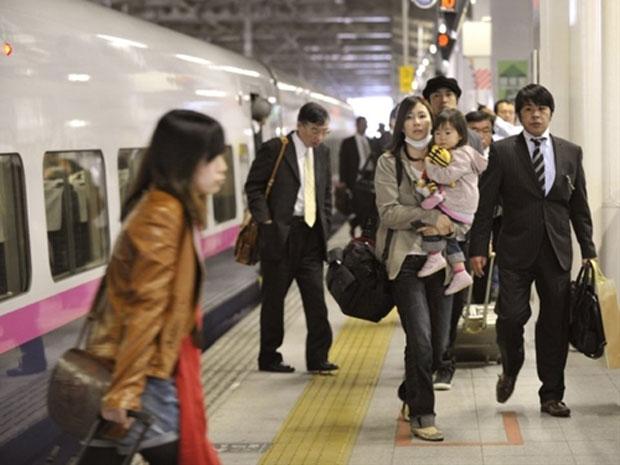 Passageiros desembarcam de trem-bala, antes da sua partida para Tóquio, na estação de Sendai, em Miyagi. (Foto: Kazuhiro Nogi/AFP)