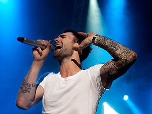 O cantor Adam Levine durante show do Marron 5 em Cingapura nesta segunda (25) (Foto: AP)