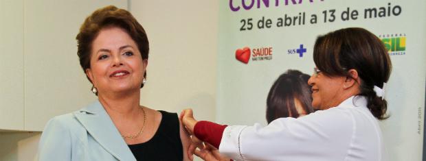 Presidente Dilma Rousseff toma vacina contra a gripe (Foto: Roberto Stuckert Filho/PR)