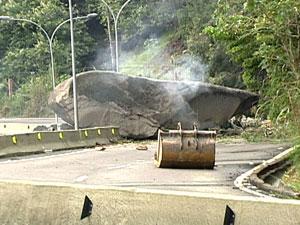 Pedra deslizou e interdita AutoEstrada Grajaú Jacarepaguá (Foto: Reprodução/TV Globo)