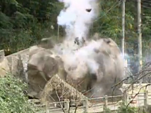 Pedra implodida na Grajaú-Jacarepaguá (Foto: Reprodução/TV Globo)
