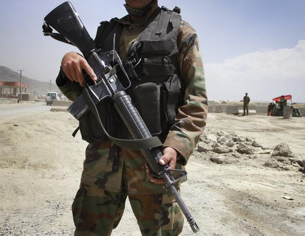 Militar afegão monta guarda em frente à base aérea em Cabul após o incidente desta quarta-feira (27) (Foto: AP)