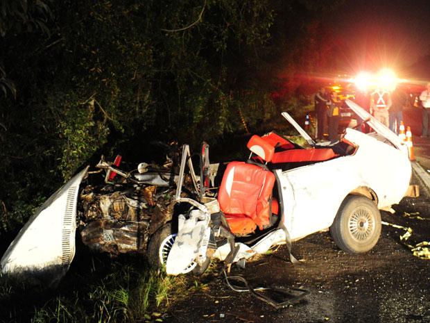 Acidente deixou quatro mortos e dois feridos em rodovia no Rio Grande do Sul. (Foto: Tadeu Vilani/Zero Hora/Agência RBS)