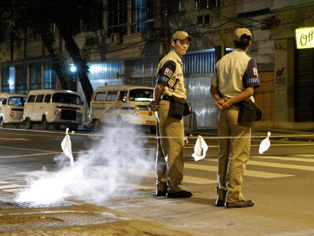 Guardas isolaram área após fumça sair de bueiro na Rua Santo Afonso, esquina com General Roca, na Tijuca (Foto: Marco Antonio Teixeira / Ag. O Globo)