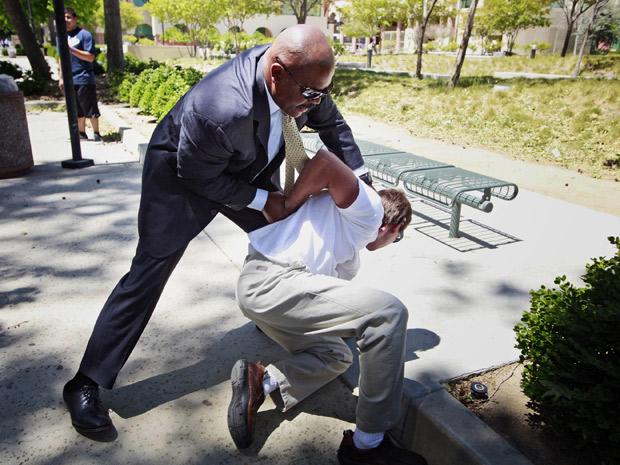 Segurança aplica golpe em homem que tentou agredir namorado de Paris Hilton em Los Angeles (Foto: Nick Ut/AP)