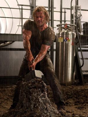 Quando é expulso para a Terra, Thor perde os poderes e não consegue mais levantar o martelo (Foto: Divulgação)