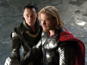Tom Hiddleton rouba a cena como Loki, o irmão invejoso de Thor (Foto: Divulgação)