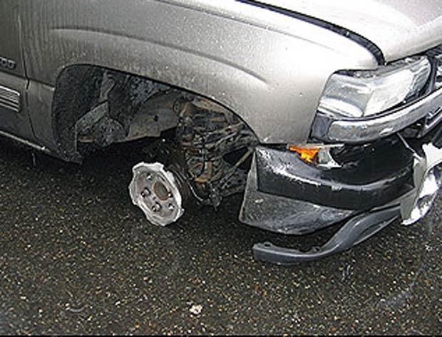 Motorista bêbado foi preso após ser flagrado dirigindo sem uma das rodas. (Foto: Divulgação/Washington State Patrol)
