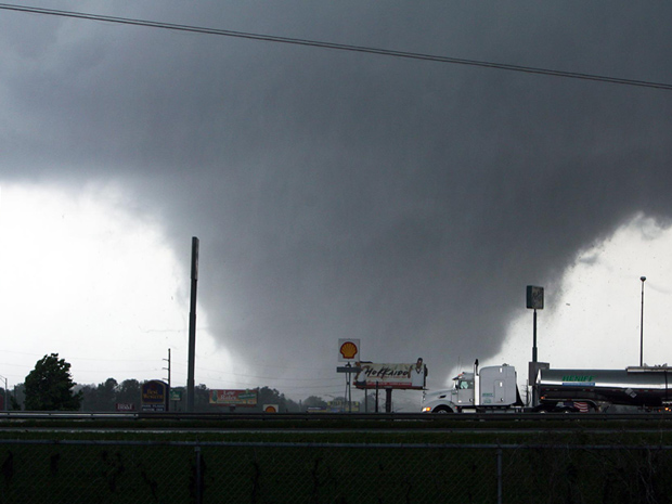 Tornado se aproxima de Tuscaloosa, no Alabama, nesta quarta-feira (27) (Foto: AP Photo/The Tuscaloosa News, Dusty Compton)