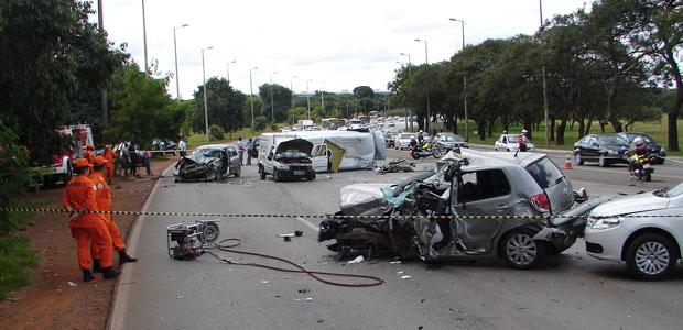 Veículos envolvidos em acidente na Saída Sul (Foto: G1)