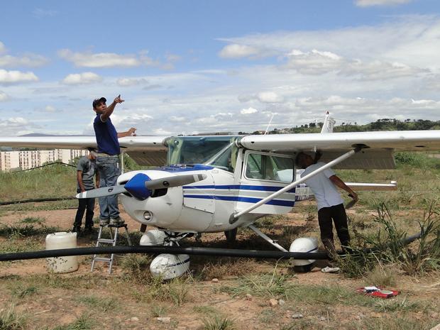 Técnicos começam a desmontar o avião para ser retirado (Foto: Pedro Triginelli / G1)