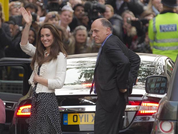Kate Middleton, noiva do Príncipe William, acena para a mulditão ao chegar ao Goring Hotel, em Londres, onde vai passar sua última noite como plebeia antes do casamento real (Foto: AP)