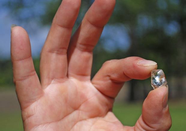 Beth Gilbertson exibe o diamante de 8,66 quilates. (Foto: Arkansas State Parks/AP)