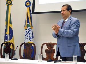 O ministro do Trabalho e Emprego, Carlos Lupi, participa de cerimônia pelo Dia Mundial em Memória às Vítimas de Acidentes de Trabalho e Dia Mundial de Segurança e Saúde no Trabalho (Foto: Elza Fiúza/ABr)