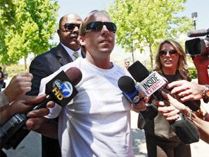 James Rainford é entrevistado por repórteres após tentar agarrar namorado de Paris Hilton (Foto: Nick Ut/AP)