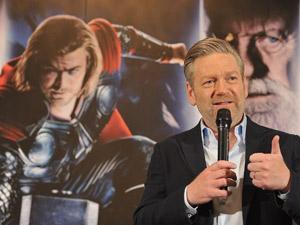Kenneth Branagh (à direita) e o ator Chris Hemsworth durante entrevista de divulgação de 'Thor' (Foto: Divulgação)