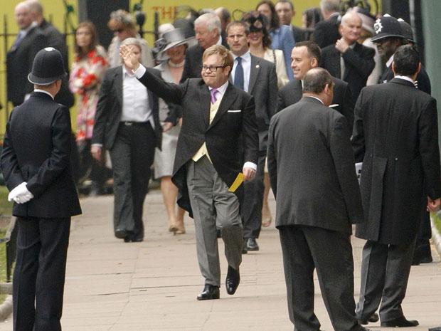 O cantor Elton John, na chegada à abadia para o casamento de  William (Foto: Reuters)
