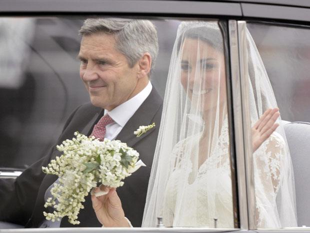 Carro com a noiva chega à abadia, em Londres (Foto: Reuters)