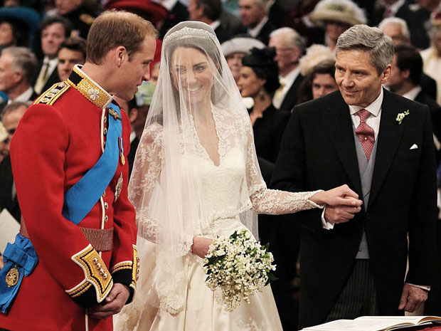 Kate Middleton e o príncipe William, dentro da abadia (Foto: AP)