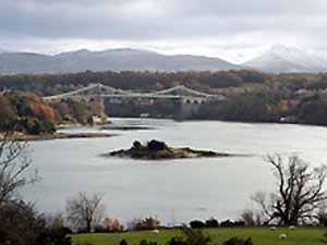Ponte na entrada do condado de Anglesey, onde Kate e William vão morar  (Foto: PA)