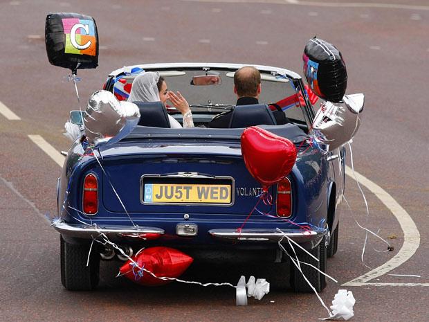 Em um Aston Martin emprestado pelo pai, William leva Kate até Clarence House (Foto: Chris Ison-pa/AP)