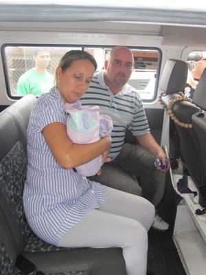 Conselheira tutelar leva embora criança (Foto: Letícia Macedo/G1)
